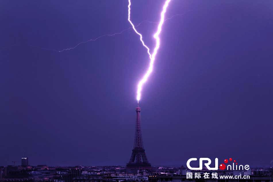 巴黎埃菲尔铁塔闪电