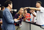 朝鲜教练用矿泉水瓶砸韩国记者