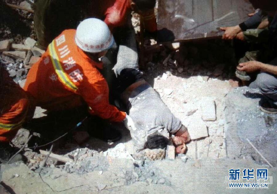 母亲被救出时仍怀抱孩子 - 人在上海  - 中華日报Chinadaily