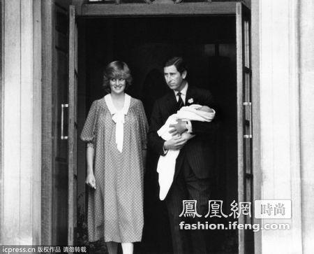 查尔斯王子与戴安娜王妃抱着刚出生的威廉王子出院.-威廉王子童年