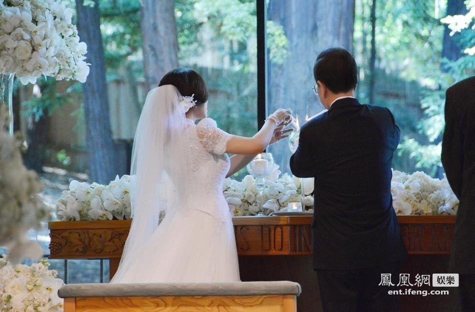 刘晓庆和王晓玉婚礼现场图.-刘晓庆美国大婚 新娘新郎深情一吻图片