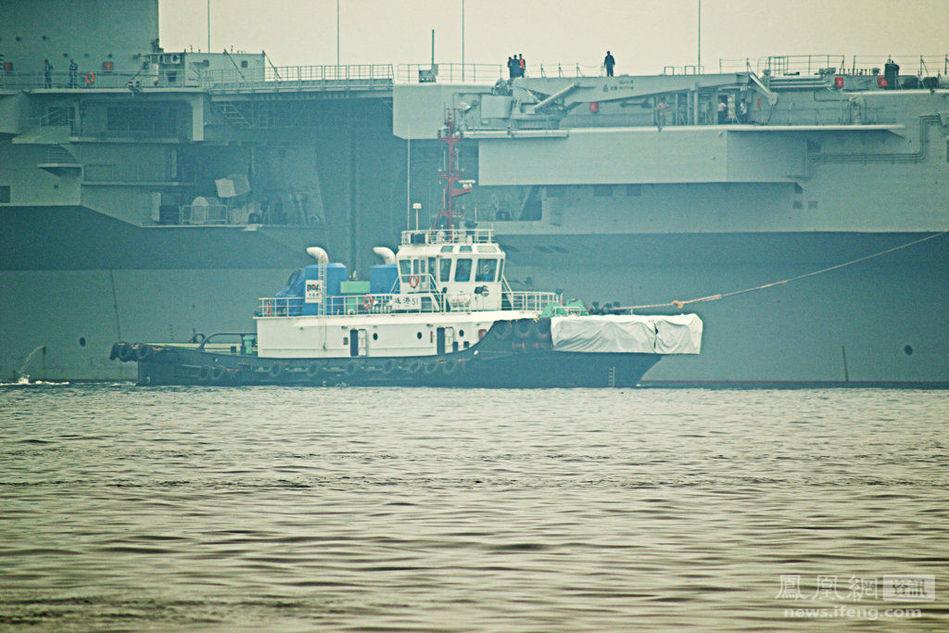 中国航母辽宁舰停靠大连造船厂