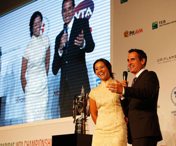 WTA总决赛抽签仪式 李娜着中国风旗袍优雅亮相