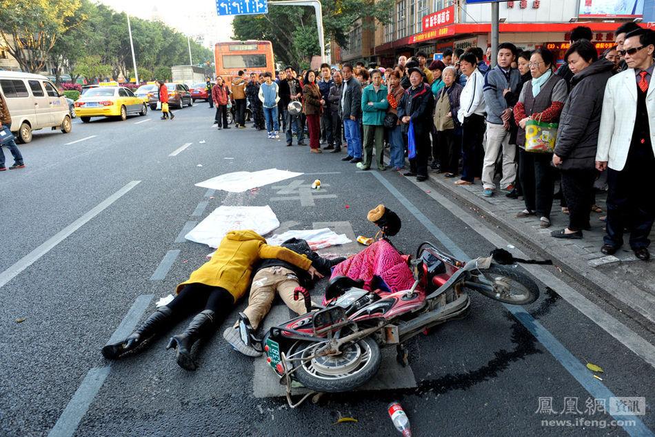 电动车后座上的10岁男孩被公交车后轮碾压,当场死亡.图为孩子的高清图片