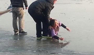 唐山6名市民手牵手冰窟里救出两名大学生