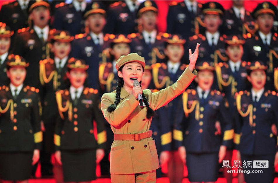 总政歌舞团王芳献唱《英雄赞歌》.-总政歌舞团春晚献演