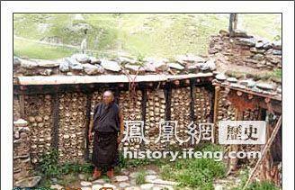 ... :人头砌满经文墙 秃鹫遍布尸块山_历史频道_凤凰网