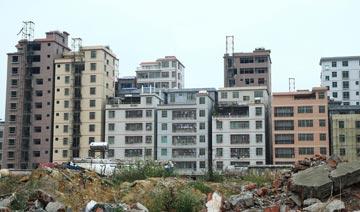 海口惊现20栋建筑楼房贴在一起 间隔仅间距10厘米左右