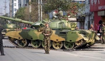 解放军坦克群城市过街 压坏路面引大量行人围观