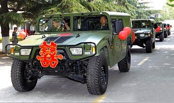 解放军超霸气战车猛士接新娘 国产越野瞬秒悍马