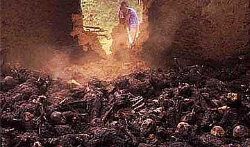 2000年乌干达邪教残杀上千信徒 数百人被锁在教堂烧死