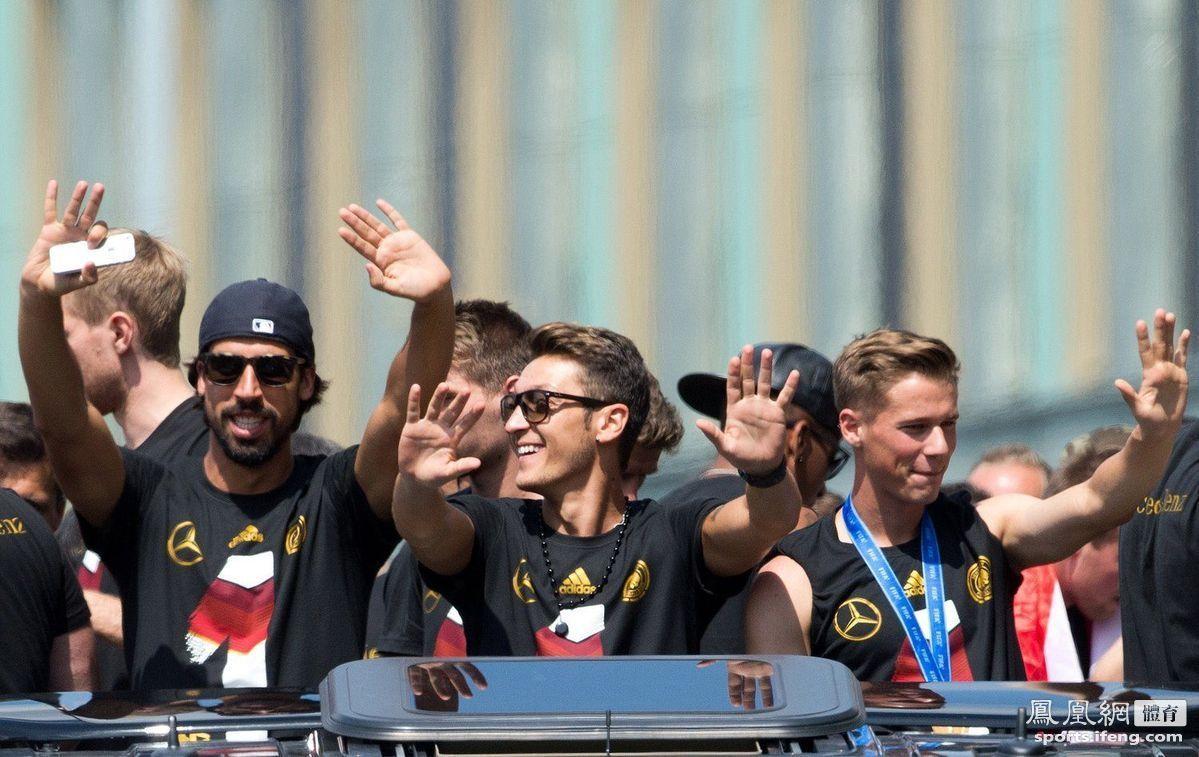 球员们向球迷挥手致意。