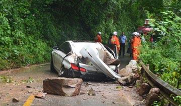山上巨石落下砸中宝马车致1死4伤