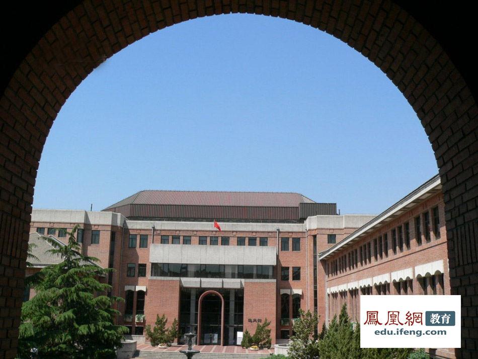 清华大学,港商邵逸夫捐赠建设的逸夫楼。