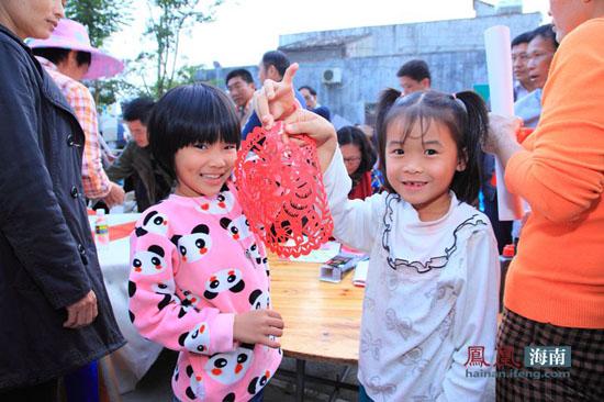 海南书法家还为乌坡镇村仔村村民书写对联,画家为村民画头像,摄影家为