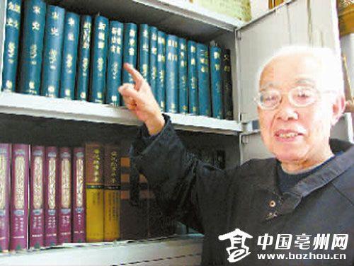 杨光在介绍自己家中的藏书