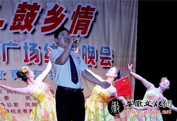 晚会在《红旗飘飘》的歌舞声中拉开序幕