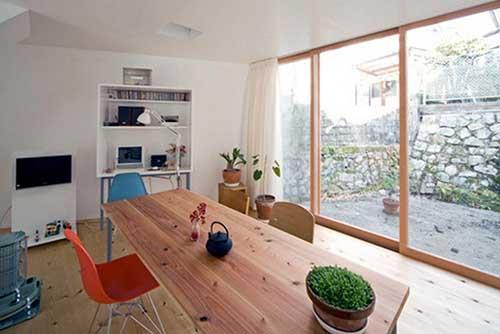 从客厅一走出去就是阳台,这是很多家居中很常见的一种规划,但是如果想让阳台与客厅之间的划分明确一些的话,隔断应该要怎么样设计是比较好的呢?这些阳台与客厅隔断设计希望会给大家一些帮助。 阳台与客厅的入口设计成地中海式的拱门,轻松舒适,墨绿色窗帘正好与客厅的整体颜色形成对比,增加古朴的乡村气息。 发布时间:2015-05-27