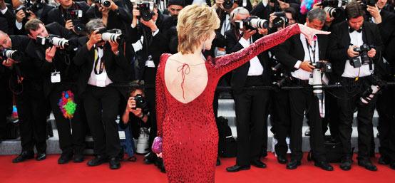 75岁女星简-方达魅力依旧 红毯与记者幽默互动