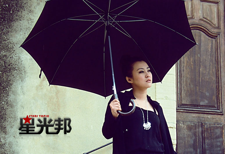 凤凰娱乐戛纳独家镜头:郝蕾雨中教堂漫步