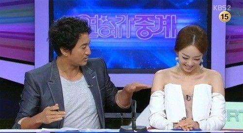 韓國女主播著開胸裝主持男搭檔:天太熱嗎