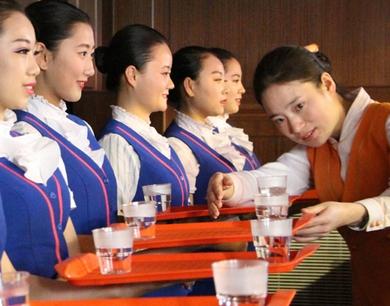"""140名餐乘""""动姐""""将亮相青荣城铁"""