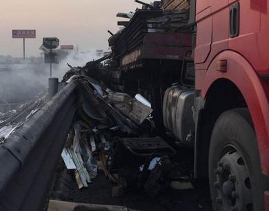 实拍青银高速青州附近一货车自燃