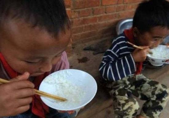 """去年10月26日,国务院实施了《农村义务教育学生营养改善计划》。近日来,一名支教大学生在其微博上连续曝光,质疑所在小学营养午餐""""缩水"""",又将这一话题推向了舆论的风口浪尖。 """"营养午餐""""计划究竟是什么?在关注和质疑的同时,不少人对这项政策还存在着误读。 同时,""""营养午餐""""为何缩水?又究竟是否真正能够保证营养? 政策在地方又是如何推行?资金使用是否明朗,招标流程是否规范,是否有部门监管,监管又是否有力? 从中央到地方,不知是在哪一环节,让原本惠民的政策缺了斤、少了两,让最终到达孩子们手中的,只剩下"""