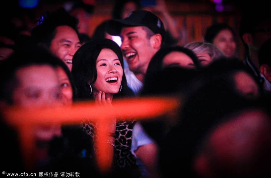 2013年11月9日,上海,汪峰演唱会上深情表白,而章子怡则现身演唱会现场,全程支持。章子怡在台下变小歌迷,不仅随着歌声一起挥舞荧光棒,听到汪峰在台上的表白后更是一脸惊喜激动的表情。