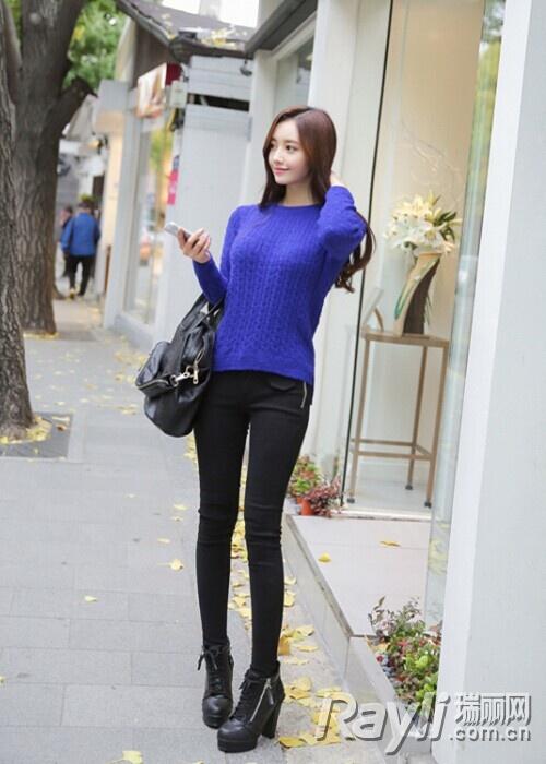 深蓝色针织衫搭配牛仔裤