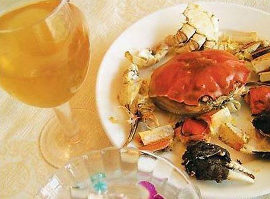 以此吃法吃出来的蟹壳,虽未必能完整地拼回一只蟹的形状来,却也铺陈得条理分明,丝肉不剩。吃完蟹壳洗一洗手,再喝上一杯暖融融的姜茶,一顿饭的时间就吃一只大闸蟹,也觉得酒足饭饱了。