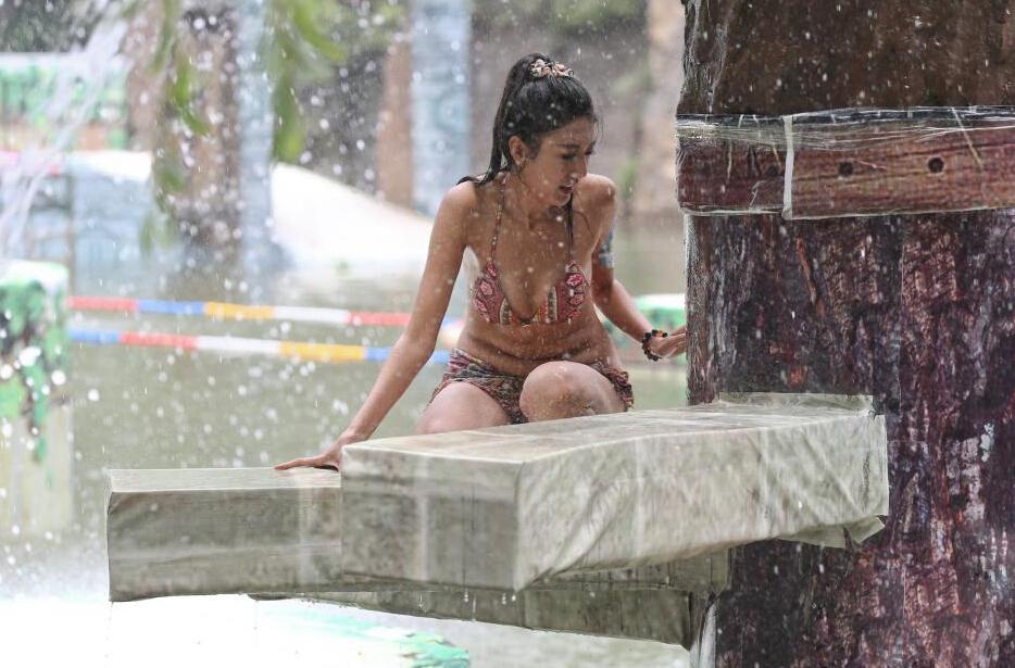 山西太行大峡谷美女性感比基尼清凉上阵闯关避暑
