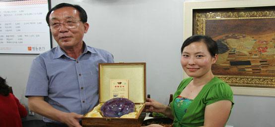 2014凤凰河南总监高桠给韩国江原道旅游局长吴原宗(左一)赠送钧瓷