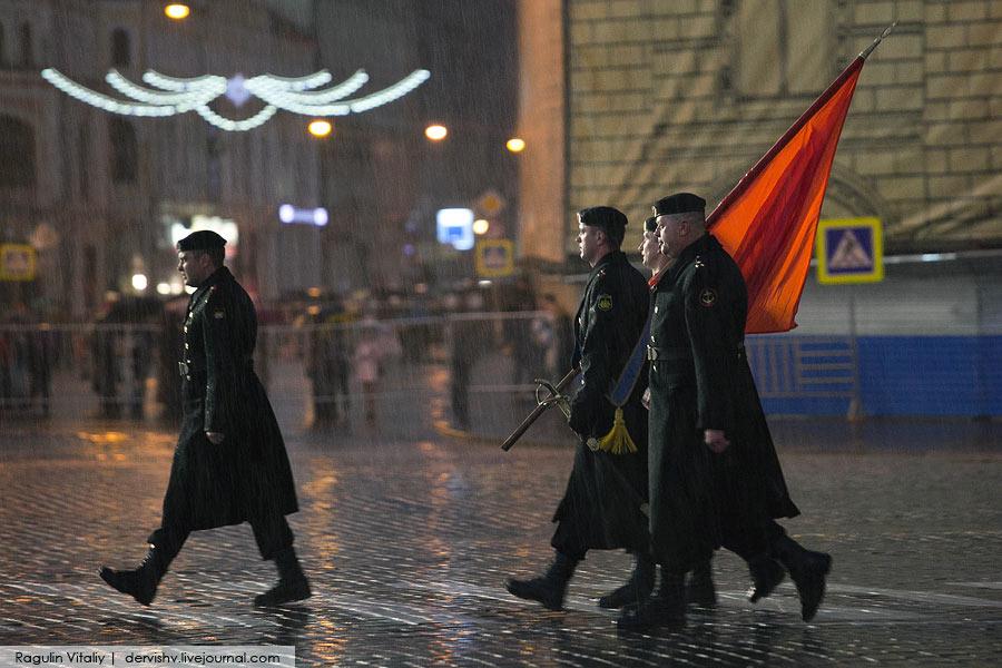 俄罗斯准备5月9日大阅兵 官兵冒雨参加夜间排练