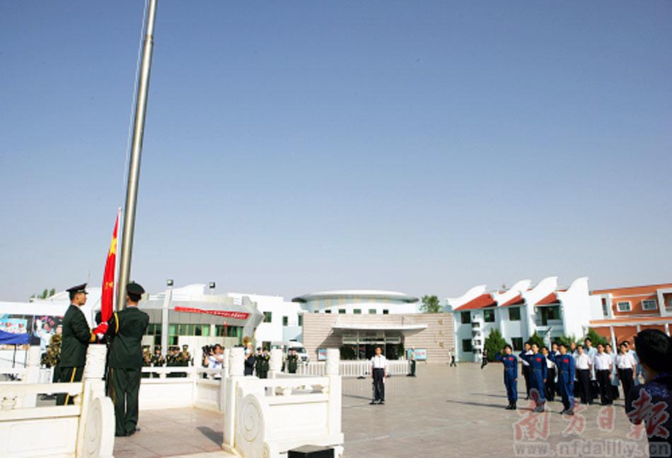 """6月10日,神舟九号航天员梯队队员在位于酒泉卫星发射中心的航天员公寓""""问天阁""""举行了隆重的升国旗仪式,并参加植树活动。"""