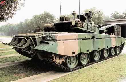 解放军新型坦克配激光对抗系统 能接受定位信息