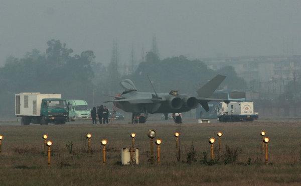 资料图:返回某飞行试验场的歼-20战机,编号2002。