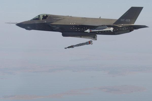 资料图:美国F-35五代机在进行武器投放试验的时候机体表面也布满了类似的小黑点。
