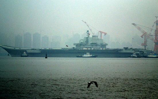 环球网图片:网友拍摄辽宁号航母2013年首次驶离大连港出海。