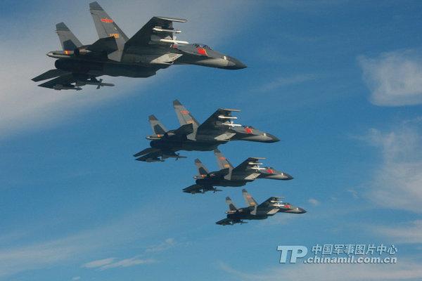 资料图:中国空军歼-11编队飞行。