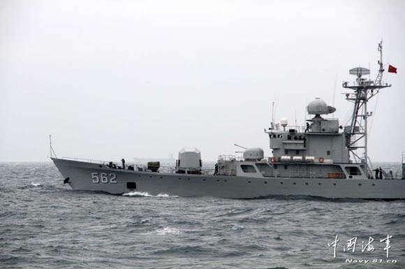 资料图:江门号护卫舰现代化改装 在南沙进行射击训练。