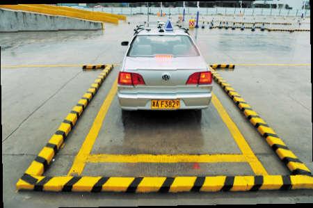 7米,以考试车辆捷达的长度4.5米计算,这个停车位的长度只有5.2米.