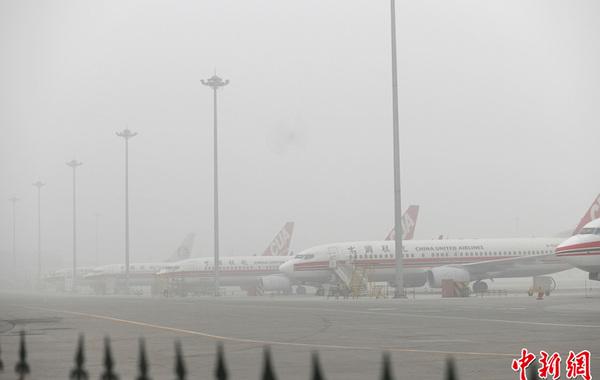 2月28日,雾霾中被迫关闭的北京南苑机场。中新社发 崔楠 摄