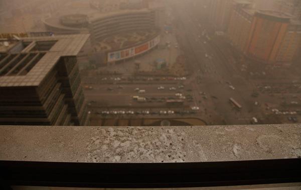 2月28日,北京五道口清华东门附近,沙尘来袭。lzx/CFP