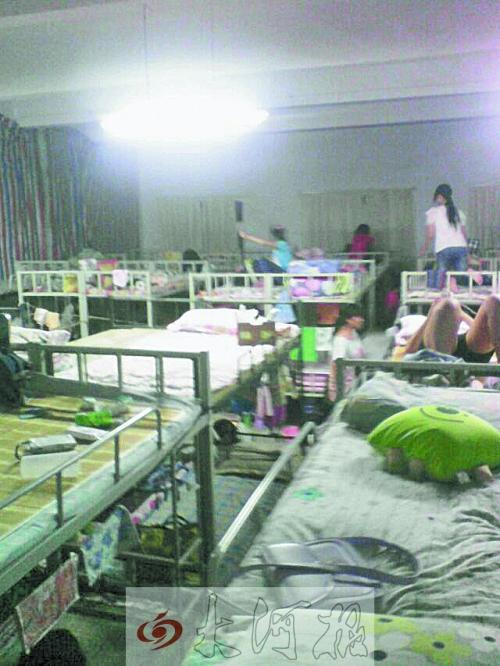河南孟津一女生90高中高中挤住电教室虽然比较多名累图片