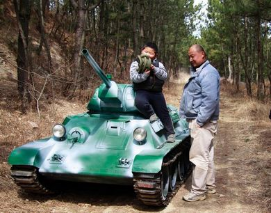 辽宁农民父子手工打造微缩T34坦克