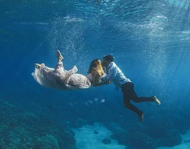 情侣夏威夷拍水下婚纱照 纪念奇妙相遇