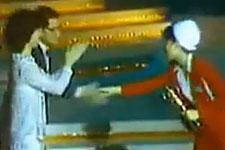 邓丽君1982年颁台湾电视女歌星奖给凤飞飞