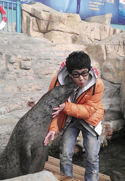 刘心遭海豹亲密献吻 呼吁尊重小动物生命(图)
