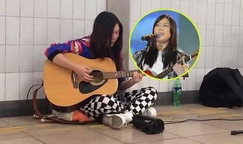 西单女孩重返地铁地下通道唱歌 媒体质疑其炒作